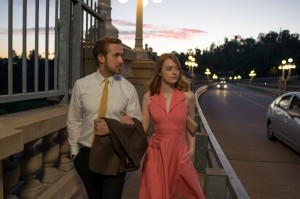 la-la-land-2016-002-ryan-gosling-emma-stone-crossing-los-angeles-bridge